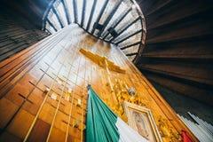 LE MEXIQUE - 20 SEPTEMBRE : Croisez, image de la vierge de Guadalupe et drapeau mexicain à la basilique de notre Madame Guadalupe photographie stock libre de droits
