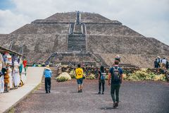 LE MEXIQUE - 21 SEPTEMBRE : Groupe de personnes se dirigeant vers la pyramide du Sun image stock