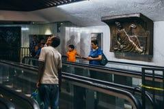LE MEXIQUE - 20 SEPTEMBRE : Les gens priant à Vierge Marie à la basilique de notre Madame Guadalupe le jour après le tremblement  images stock