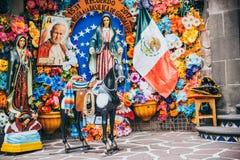 LE MEXIQUE - 20 SEPTEMBRE : Ornements mexicains religieux aux collines de Tepeyac Images stock