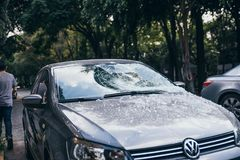 LE MEXIQUE - 19 SEPTEMBRE : Voiture avec le pare-brise cassé par les débris tombés dus au tremblement de terre photo stock