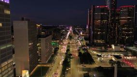 Le Michigan Detroit la nuit aérienne 4K en juillet 2017 inspirent 2 banque de vidéos