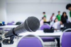 Le microphone en gros plan le contexte sera les gens photographie stock