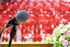 Le microphone est situé sur le podium Photographie stock