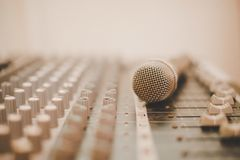 Le microphone et le mélangeur consolent la musique électronique de générateur de sons photo libre de droits