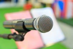 Le microphone sur le support de microphone et la note tiennent le fond Images stock