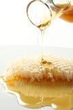 Le miel débordent la classe de nid d'abeilles. Image stock
