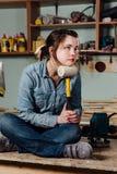 Le milieu assidu de portrait a vieilli l'atelier ou le garage femelle professionnel adulte de travailleur de charpentier image stock