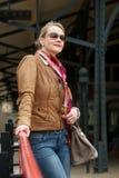 Le milieu attrayant a vieilli la femme avec les lunettes de soleil et le sac Photos libres de droits