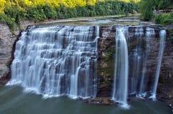 Le milieu de Letchworth tombe sur la rivière de Genesee Photo libre de droits