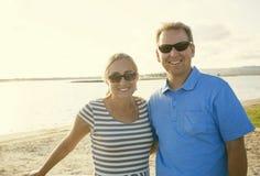 Le milieu heureux a vieilli des couples appréciant égaliser ensemble Photographie stock libre de droits