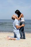Le milieu heureux a vieilli sur la plage Images stock