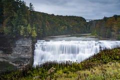 Le milieu tombe au parc d'état de Letchworth - cascade et automne/Autumn Colors - New York Image libre de droits