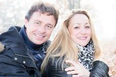 Le milieu a vieilli des couples dans l'amour dans l'outrdoor de jour Photographie stock libre de droits
