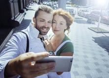 Le milieu a vieilli des couples faisant le selfie sur le smartphone, jour, extérieur Photos libres de droits