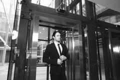 Le milieu a vieilli l'homme d'affaires avec la serviette sortant de l'ascenseur image stock