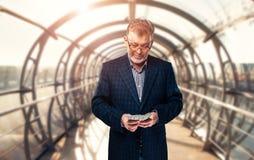 Le milieu a vieilli l'homme d'affaires réussi compte l'argent images libres de droits