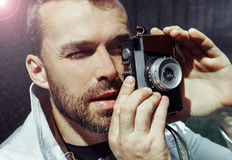 Le milieu a vieilli l'homme photographiant sur le rétro appareil-photo, jour, extérieur photographie stock