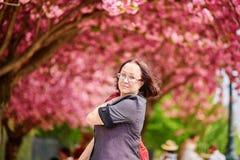 Le milieu a vieilli la femme marchant à Paris une journée de printemps Photos libres de droits