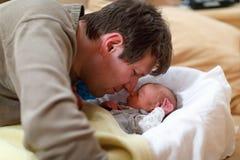 Le milieu a vieilli le père caressant avec sa fille nouveau-née de bébé Photos libres de droits