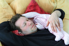 Le milieu a vieilli le père caressant avec sa fille nouveau-née de bébé Photo stock