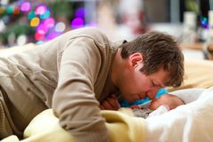 Le milieu a vieilli le père caressant avec sa fille nouveau-née de bébé Photos stock