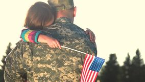 Le militaire étreint la fille sur le fond de ciel banque de vidéos