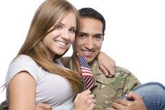 Le militaire a l'épouse heureuse dans des ses bras Photo libre de droits