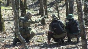 Le milizie bulgare del ` s della gente hanno detenuto i migranti illegali sul confine con la Turchia stock footage