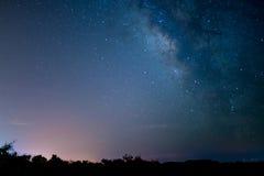 Le milkyway dans une nuit parfaite Photographie stock libre de droits