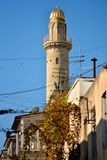 Le minaret et les télécom malpropres câble à Bakou, capitale de l'Azerbaïdjan Images libres de droits