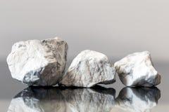 Le minerai lapide le howlite, pierres non coupées et curatives Photographie stock
