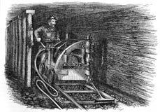 Le mineur extrait le charbon profondément sous terre images stock