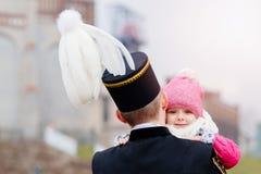 Le mineur noir dans l'uniforme de gala avec son enfant Image libre de droits