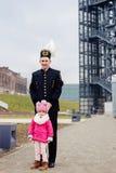 Le mineur noir dans l'uniforme de gala avec son enfant Photo stock