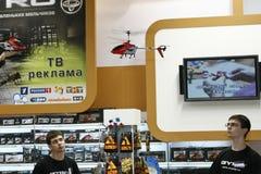 Le mini jouet d'hélicoptère de RC vole Photographie stock