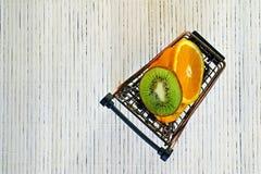 Le mini panier d'épicerie sont fruit coupé en tranches image libre de droits