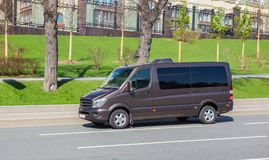 Le minibus abaisse la rue dans la ville image stock