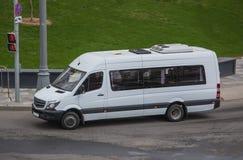 Le minibus abaisse la rue dans la ville photo libre de droits