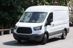 Le minibus blanc est gar? dans la rue de ville photos stock
