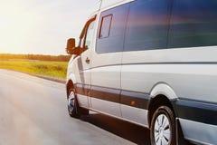 Le minibus va sur la route de pays Photo stock