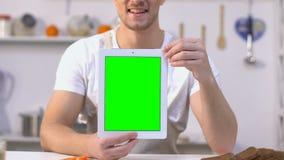 Le minnestavlan för skärm för manvisninggräsplan på kamera, online-laga mat kurser stock video