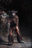 Le minotaur fâché d'homme de bodyart avec la hache en caverne Images libres de droits