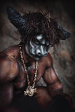 Le minotaur fâché d'homme de bodyart avec la hache en caverne Photographie stock libre de droits
