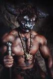 Le minotaur fâché d'homme de bodyart avec la hache en caverne Image libre de droits