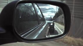 Le miroir de côté droit dans une vue de voiture banque de vidéos