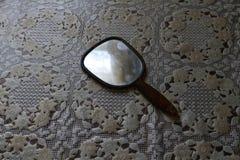 Le miroir de la femme est sur la table photographie stock