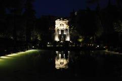 Le miroir de la fontaine de l'organe par nuit photos libres de droits