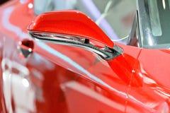 Le miroir de rearview d'un véhicule rouge photos stock