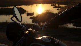 Le miroir de vue arrière de la moto au coucher du soleil Belle action près de lac clips vidéos